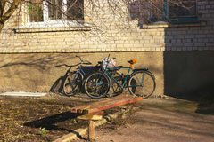 Altes rostiges Fahrrad der Weinlese zwei lizenzfreie stockfotos