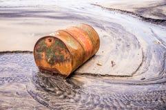 Altes rostiges Fassöl auf Strand stockfoto