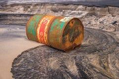 Altes rostiges Fassöl auf Strand lizenzfreie stockfotografie