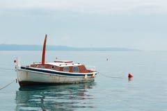 Altes rostiges Fischerboot steht auf dem Wasser, blauer Himmel leer Stockfoto