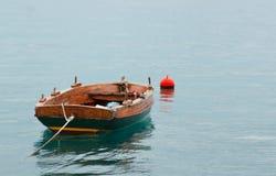 Altes rostiges Fischerboot steht auf dem Wasser leer Lizenzfreie Stockfotografie