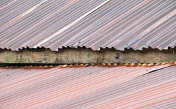 Altes rostiges galvanisiertes Dach während des Regnens lizenzfreie stockfotos