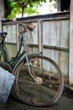 Altes rostiges gebrochenes Fahrrad steht auf der Straße Lizenzfreie Stockbilder