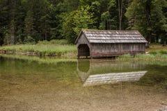 Altes rostiges hölzernes Bootshaus, See Toplitzsee-Ansicht, Österreich Lizenzfreie Stockfotografie