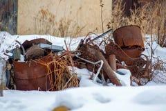 Altes rostiges Metalldump im Schnee stockfoto
