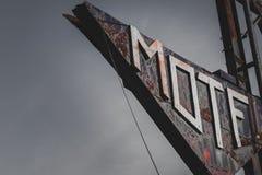 Altes rostiges Motelzeichen stockfoto
