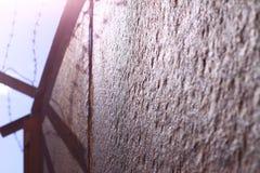 Altes rostiges Tor im Gefängnis Stockfoto