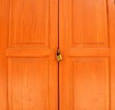 Altes rostiges Vorhängeschloß auf Weiß verwitterter Holztür Lizenzfreies Stockbild