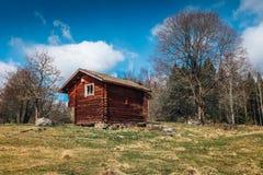 Altes rotes Blockhaus Stockfoto