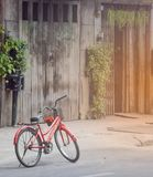Altes rotes Fahrrad stockfotos