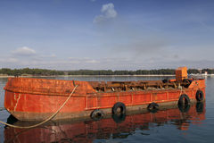 Altes rotes Frachtschiff Lizenzfreie Stockfotos