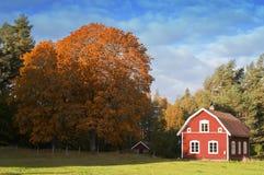 Altes rotes hölzernes Bauernhaus in Schweden Stockbild