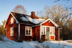 Altes rotes hölzernes Bauernhaus in Schweden Stockfotos