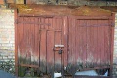Altes rotes hölzernes Tor Stockbild