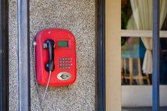 Altes rotes Münztelefon Zahlung wurde durch Karten geleistet Jetzt arbeitet die Rarität nicht stockbild