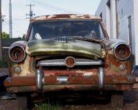 Altes ruiniertes Auto mit Einschusslöchern in der Windschutzscheibe Stockfoto