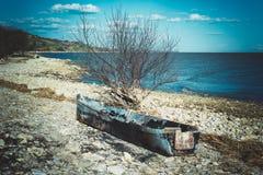 Altes ruiniertes Boot auf dem Strand Verlassenes Fischerboot Stockbild