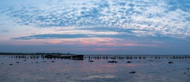 Altes ruiniertes Boot mit Sonnenuntergangpanorama Lizenzfreies Stockfoto