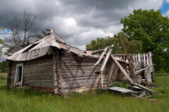 Altes ruiniertes hölzernes Haus, das unten fällt Stockfotos