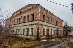 Altes ruiniertes Krankenhausgebäude des roten Backsteins Lizenzfreies Stockfoto