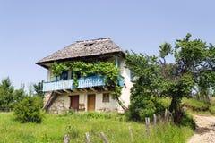 Altes rumänisches ländliches traditionelles Haus von Oltenia-Region lizenzfreies stockfoto