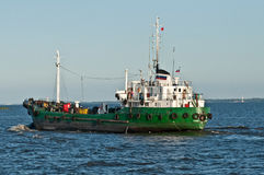 Altes russisches Handelsschiff nahe St Petersburg Lizenzfreies Stockbild