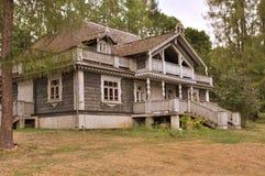 Altes russisches Holzhaus Lizenzfreie Stockbilder