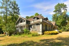 Altes russisches Holzhaus Stockfotos
