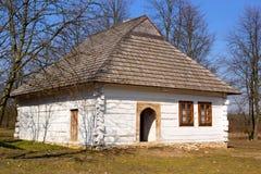 Altes rustikales weißes Haus Stockbilder