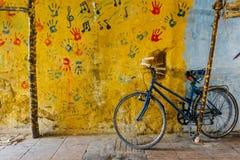 Altes rustikales Weinlesefahrrad auf der Straße nahe der Farbwand kleines Auto auf Dublin-Stadtkarte Fahrradfahrt postkarte lizenzfreie stockfotos