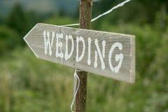 Altes rustikales Zeichen, das auf eine Hochzeit zeigt Lizenzfreie Stockfotos
