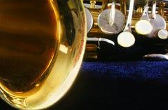 Altes Saxophon auf Blau lizenzfreies stockbild
