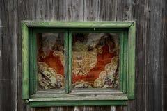 altes schäbiges hölzernes Fenster Stockfoto