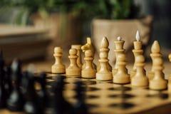 Altes Schachbrett stellte für ein neues Spiel auf dem Tisch ein Selektiver Fokus Stockfotografie