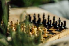 Altes Schachbrett stellte für ein neues Spiel auf dem Tisch ein Selektiver Fokus Stockbilder