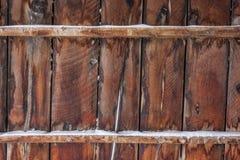 Altes Scheunenholz mit Schnee Stockfoto
