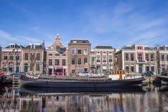 Altes Schiff an einem Kanal in Leeuwarden stockbild