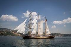 Altes Schiff mit weißen Verkäufen lizenzfreie stockfotos