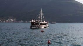 Altes Schiffchen in Meer, offene Wasser stock footage