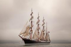 Altes Schiffssegeln im Meer Stockfotos