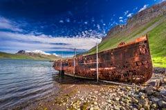 Altes Schiffswrack auf dem Strand, Island Lizenzfreies Stockbild