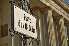 Altes Schild mit Titel Platz DES 18 Marz geschrieben in alten deutschen Guss als Symbol von zentralem Berlin Lizenzfreies Stockbild