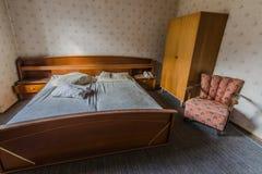altes Schlafzimmer in einem Gasthaus stockfotos
