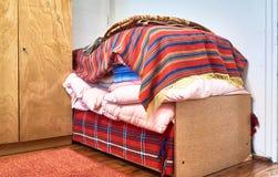 Altes Schlafzimmer und 70 Jahre alte Bett Lizenzfreies Stockfoto