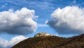 Altes Schloss auf dem Horizont stockbild