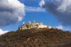 Altes Schloss auf dem Horizont stockfoto