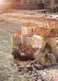 Altes Schloss, das auf hoher Klippe in Meer am sonnigen Tag steht Stockbilder