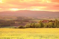 Altes Schloss in den Schweizer Alpen verschönern, Sonnenuntergang landschaftlich Stockfoto