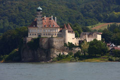 Altes Schloss in der Nähe der Donau-Fluss Lizenzfreie Stockbilder