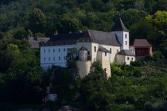 Altes Schloss in der Nähe der Donau-Fluss Stockbilder